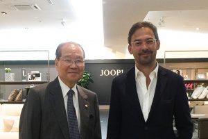 ヨー プリビングのクリスティアン・マルクス社長(写真右)と東京インテリア家具の利根川弘衞社長