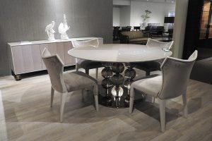 ユーカリ天板のテーブルは脚にベネチアンガラスを使用