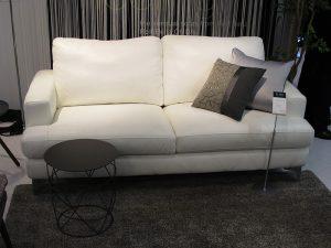 大塚家具有明本社ショールームで販売しているリユース商品の一例のソファ