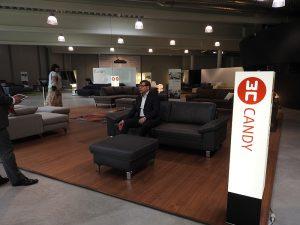 3C のショールームとソファ展示