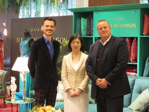 左からマシュー・ウィリアムソン氏、大塚久美子社長、ディレスタ社チーフエグゼクティブのクライブ・ケニオン・ブラウン氏