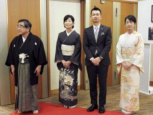 式典会場入口でお客様を迎える北村斉社長夫妻・北村卓也常務夫妻