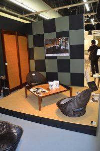 すだれパーテーションと、座椅子、ラタンの敷物、楠を使ったセンター テーブルで和のトータルコーディネートを提案(鹿田産業)